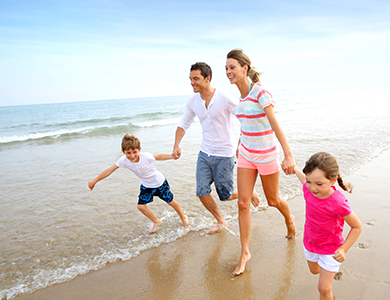 Happy_family_running_on_the_beach
